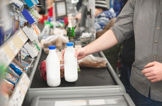 Mężczyzna Kupuje Produkty żywnościowe W Supermarkecie Premium Zdjęcia