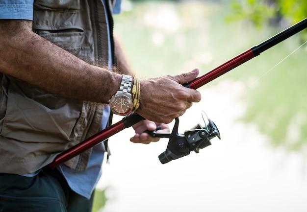 Mężczyzna łowi Jeziorem Darmowe Zdjęcia