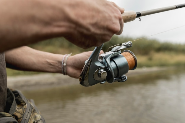Mężczyzna łowi przy rzeką Darmowe Zdjęcia