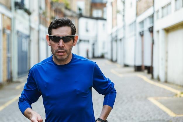 Mężczyzna Ma Na Sobie Czarne Okulary Przeciwsłoneczne I Niebieską Koszulę Darmowe Zdjęcia