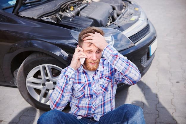 Mężczyzna Ma Problem Ze Swoim Samochodem Darmowe Zdjęcia