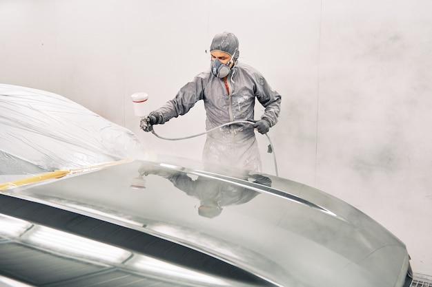 Mężczyzna Maluje Samochód Premium Zdjęcia