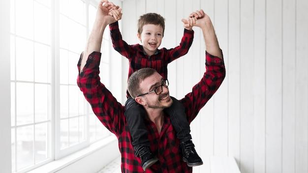 Mężczyzna Mienia Syn Na Ojca Dniu Przed Chalkboard Premium Zdjęcia