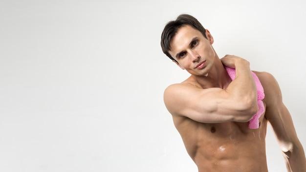 Mężczyzna myje jego ciało z kopii przestrzenią Darmowe Zdjęcia