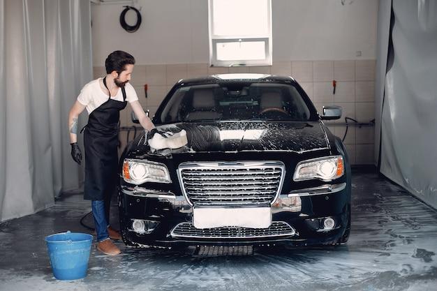 Mężczyzna myje jego samochód w garażu Darmowe Zdjęcia