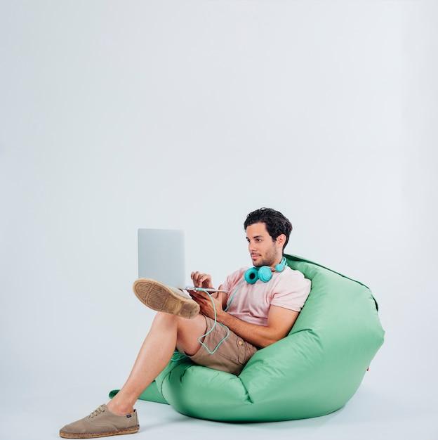 Mężczyzna na kanapie z laptopem Darmowe Zdjęcia