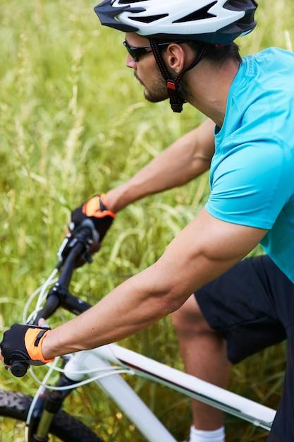 Mężczyzna Na Rowerze Po łące Darmowe Zdjęcia
