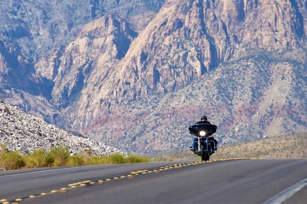 Mężczyzna Na Rowerze W Nevadzie, Usa Premium Zdjęcia