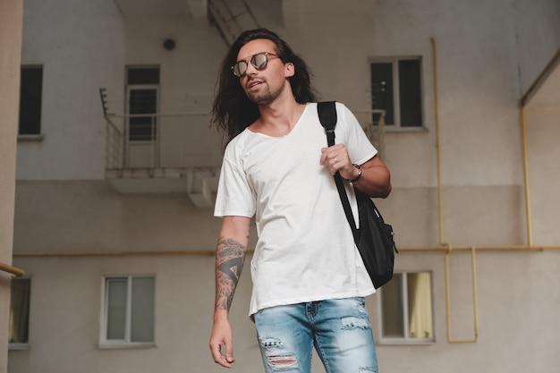Mężczyzna Na Scenie Miejskiej Z Plecakiem I Okulary Przeciwsłoneczne Darmowe Zdjęcia