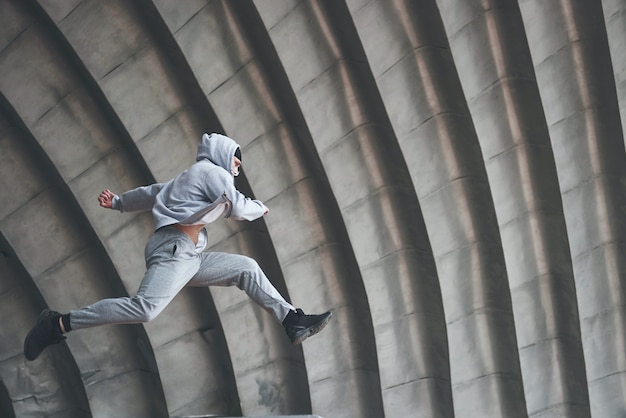 Mężczyzna Na świeżym Powietrzu Uprawia Parkour, Ekstremalne Akrobacje. Darmowe Zdjęcia