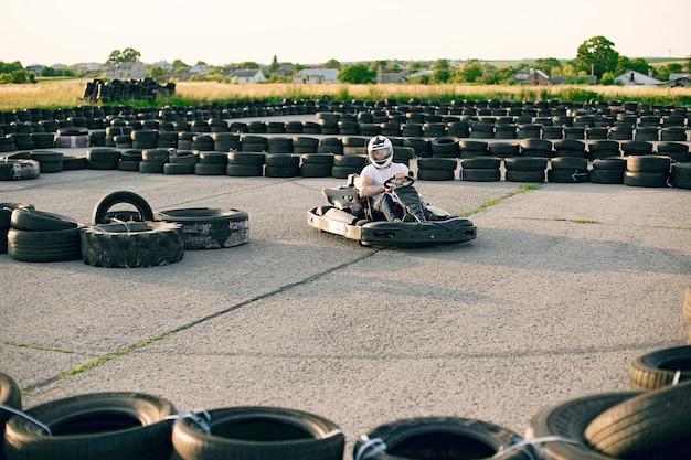 Mężczyzna na torze kartingowym z samochodem Darmowe Zdjęcia