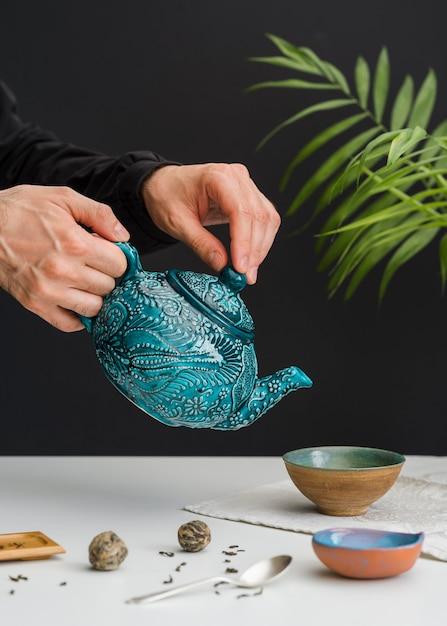 Mężczyzna Nalewania Herbaty W Miski Darmowe Zdjęcia