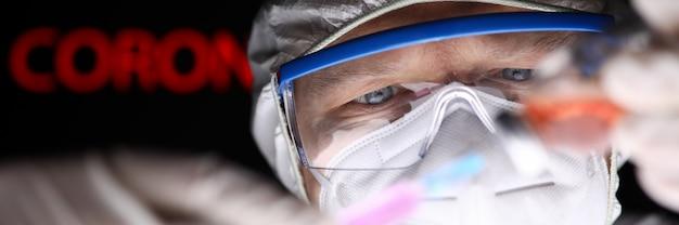 Mężczyzna Naukowiec Napełniający Strzykawkę Pewnego Rodzaju Surowicą 2019-ncov Premium Zdjęcia