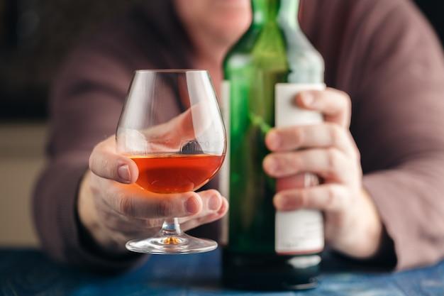 Mężczyzna Odpoczywa Z Alkoholem Po Ciężkiej Pracy Premium Zdjęcia