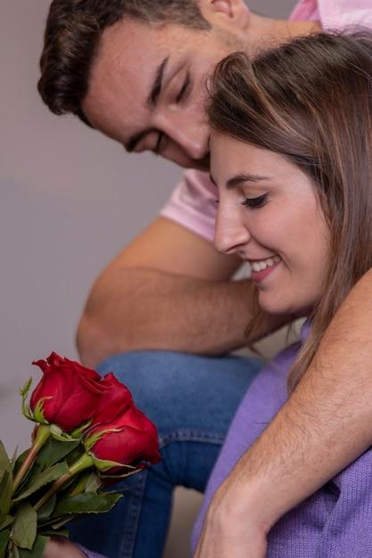 Mężczyzna oferujący różę kobiecie Darmowe Zdjęcia