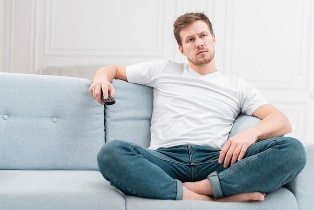 Mężczyzna Ogląda Film W Telewizji Darmowe Zdjęcia
