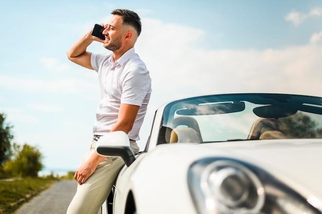 Mężczyzna opowiada na telefonu środka strzale Darmowe Zdjęcia