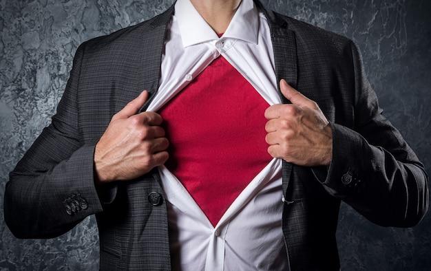 Mężczyzna otwiera koszulę Premium Zdjęcia