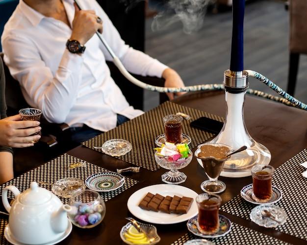 Mężczyzna Pali Fajki I Kobieta Pije Herbatę Darmowe Zdjęcia