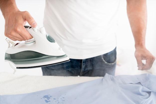 Mężczyzna Paruje Ubrania Z Odzieży żelazem Darmowe Zdjęcia