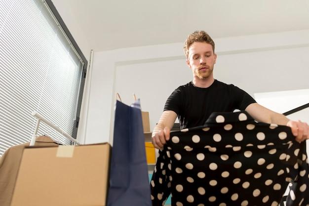 Mężczyzna Patrzeje Koszula Z Kropkami Darmowe Zdjęcia