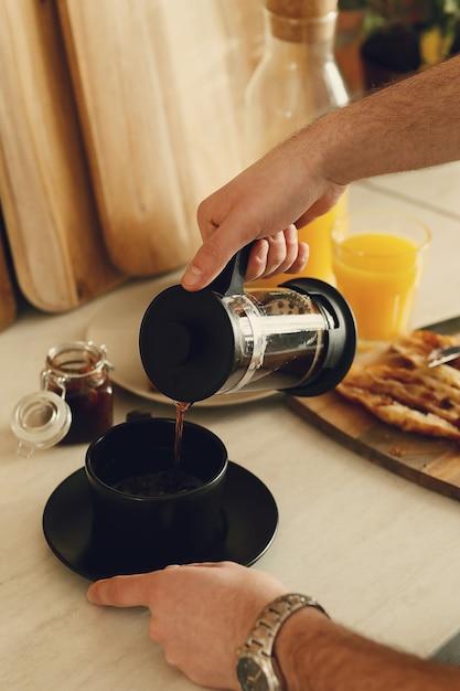 Mężczyzna Pije Kawę. śniadanie Rano Darmowe Zdjęcia