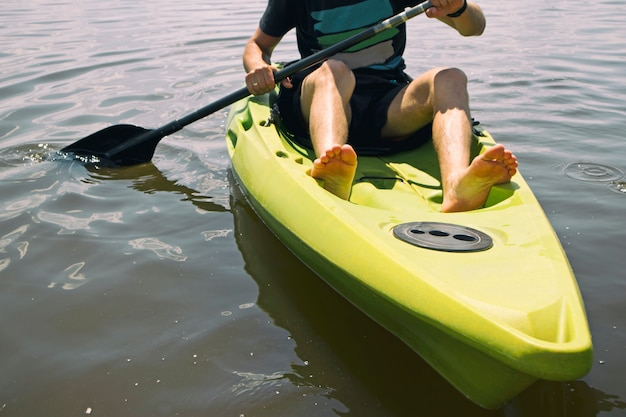 Mężczyzna Pływa Na Kajaku Po Jeziorze Premium Zdjęcia