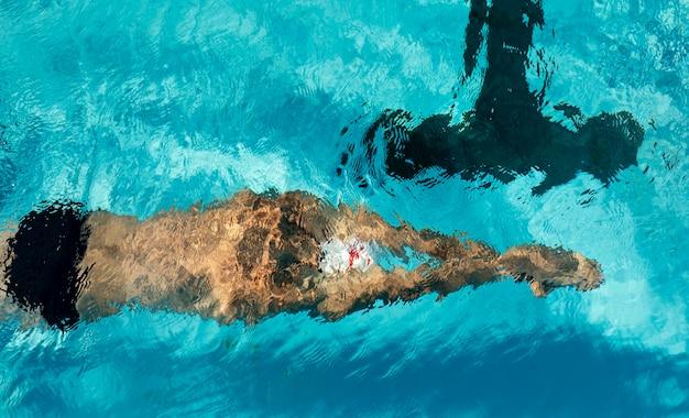 Mężczyzna Pływak Pływanie W Basenie Z Wodą Darmowe Zdjęcia