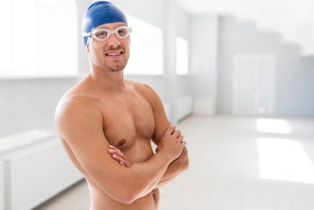 Mężczyzna pływak z rękami skrzyżowanymi Darmowe Zdjęcia