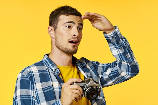 Mężczyzna Podróżnik Z Kamerą Premium Zdjęcia