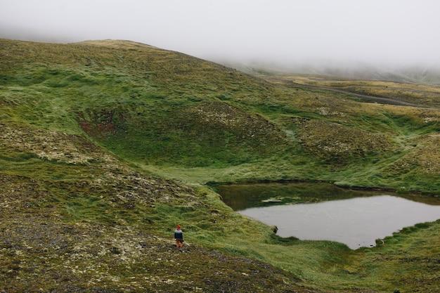 Mężczyzna Podróżujący Spaceruje Po Islandzkim Krajobrazie Darmowe Zdjęcia