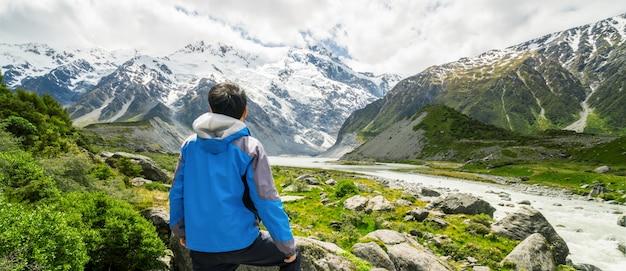 Mężczyzna Podróżuje W Pasmo Górskie Krajobrazie Premium Zdjęcia