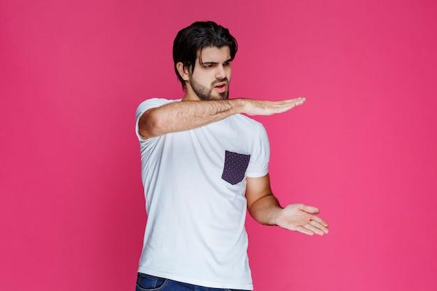 Mężczyzna Pokazujący Szacunkowe Wymiary Paczki. Darmowe Zdjęcia