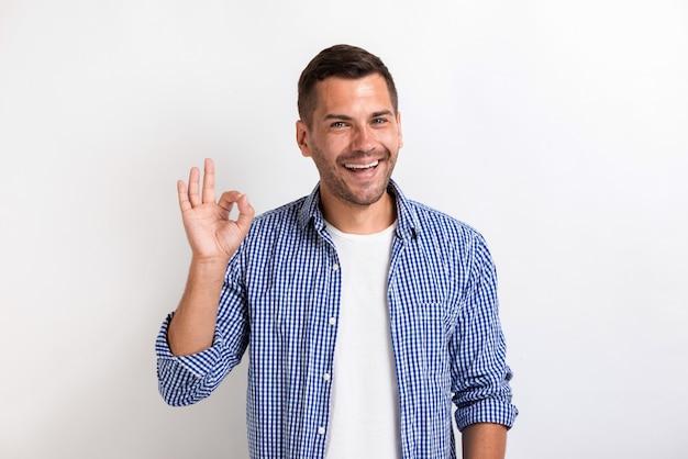 Mężczyzna pokazuje ok gest w studiu Premium Zdjęcia
