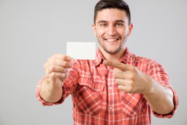 Mężczyzna Pokazuje Pustą Wizytówkę Premium Zdjęcia