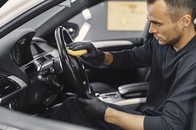 Mężczyzna Polski Salon Samochodu W Garażu Darmowe Zdjęcia