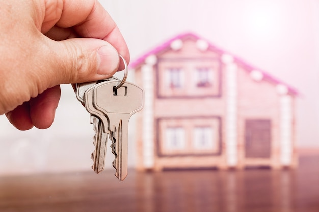 Mężczyzna Posiada Klucze Do Nowego Domu Premium Zdjęcia