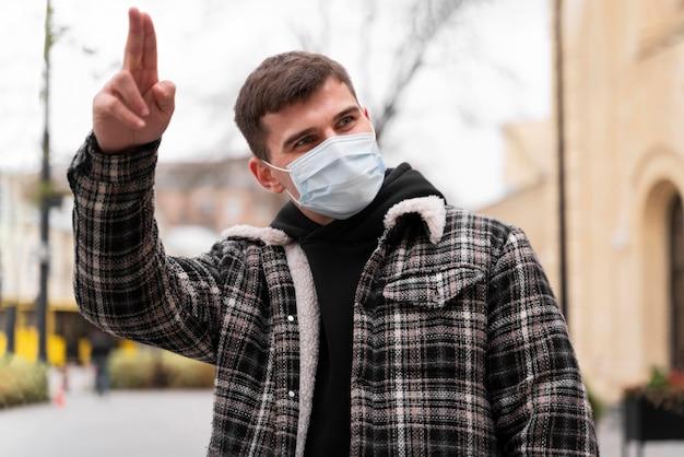 Mężczyzna Pozdrawia Alternatywne Pozdrowienia Darmowe Zdjęcia
