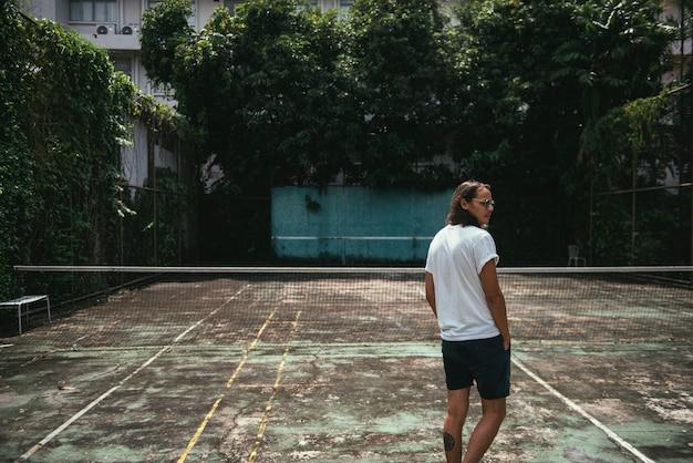 Mężczyzna Pozycja W Tenisowym Sądzie Darmowe Zdjęcia