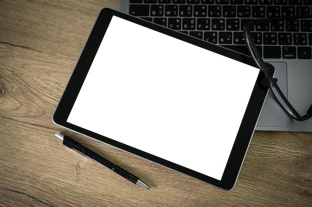 Mężczyzna Pracujący Na Swoim Laptopie Z Pustą Kopię Miejsca Laptop Z Pustym Ekranem Makiety Komputer Z Pustym Ekranem Premium Zdjęcia