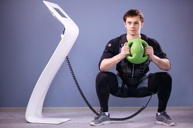 Mężczyzna Pracujący Trening Ems Z Piłką Medyczną Premium Zdjęcia