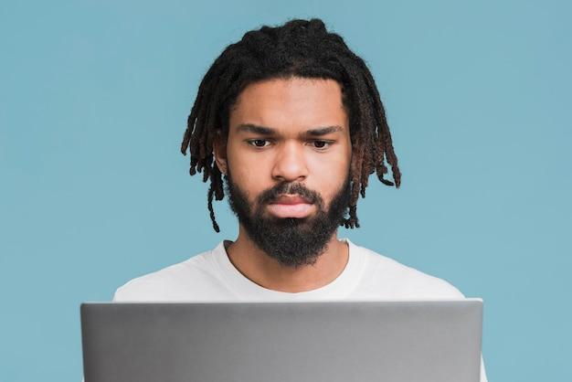 Mężczyzna Pracuje Na Jego Laptopie Darmowe Zdjęcia