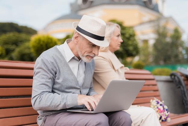 Mężczyzna Pracuje Na Laptopie, Kobieta Go Obraża. Premium Zdjęcia