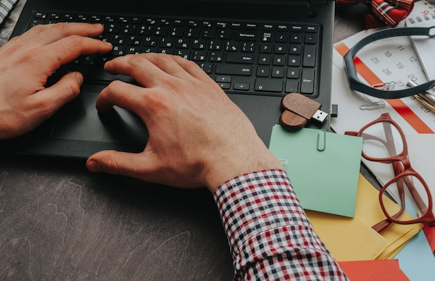 Mężczyzna Pracuje W Domu Lub W Biurze Przy Komputerze, Jego Ręce Wpisują Tekst Premium Zdjęcia