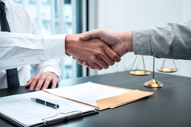 Mężczyzna Prawnik ściskający Dłoń Z Klientem Po Dobrym Spotkaniu W Sprawie Współpracy W Sądzie Premium Zdjęcia