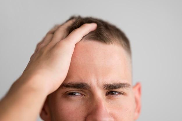 Mężczyzna Przeczesuje Palcami Włosy Darmowe Zdjęcia