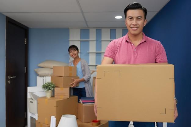 Mężczyzna przeprowadzka w nowym domu Darmowe Zdjęcia