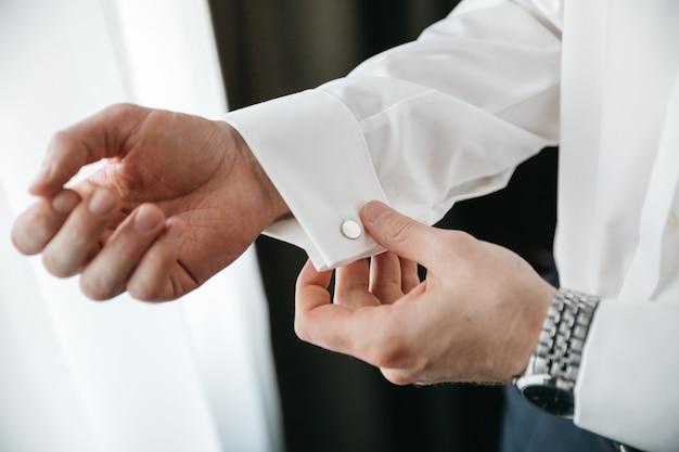 Mężczyzna przygotowuje się do ślubu Darmowe Zdjęcia