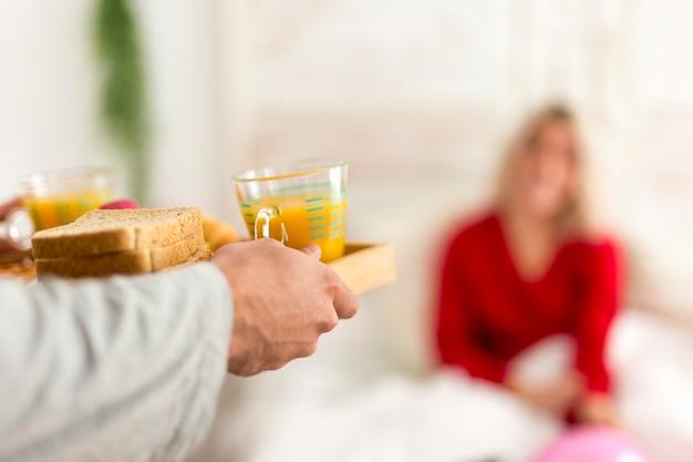Mężczyzna robi niespodzianki śniadaniu w łóżku dla jego dziewczyny Darmowe Zdjęcia