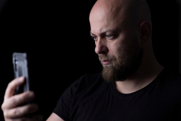 Mężczyzna Robiący Selfie Telefonem Komórkowym Premium Zdjęcia